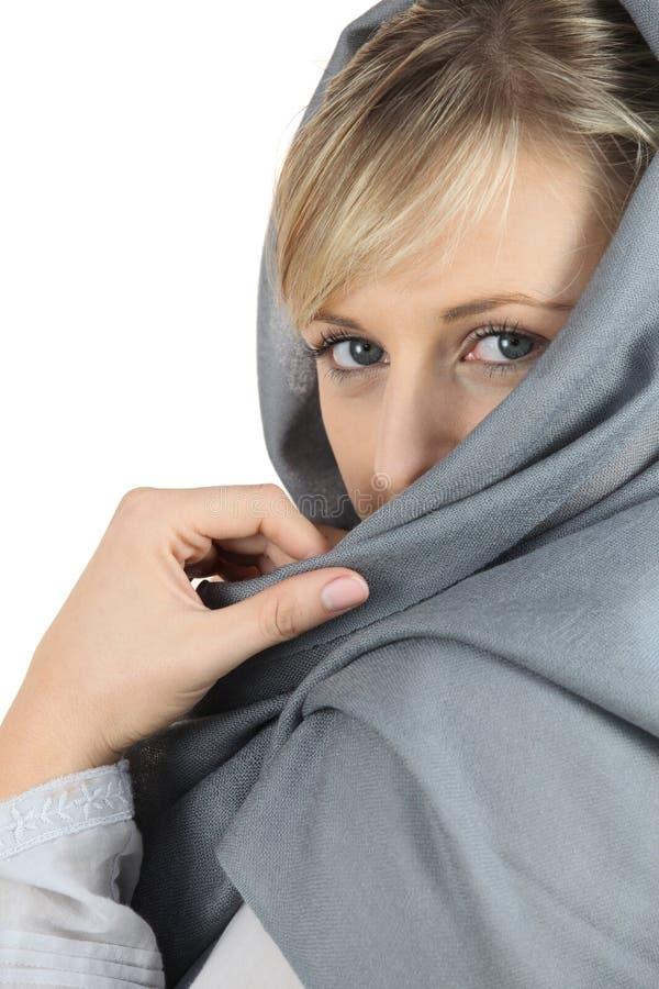 Vrouw met grijze sjaal royalty-vrije stock afbeeldingen
