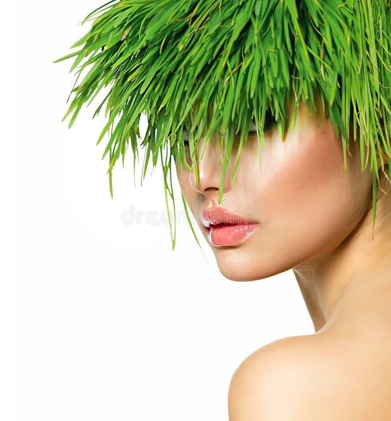 Vrouw met Groen Grashaar stock afbeelding