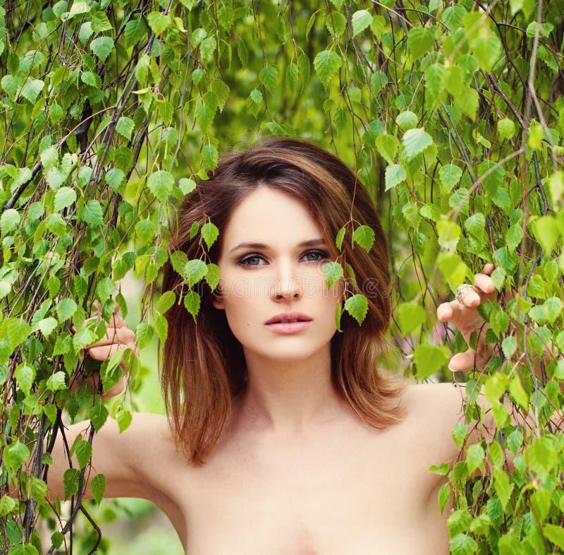 Vrouw met groene bladeren Kuuroord en Saunaconcept stock foto