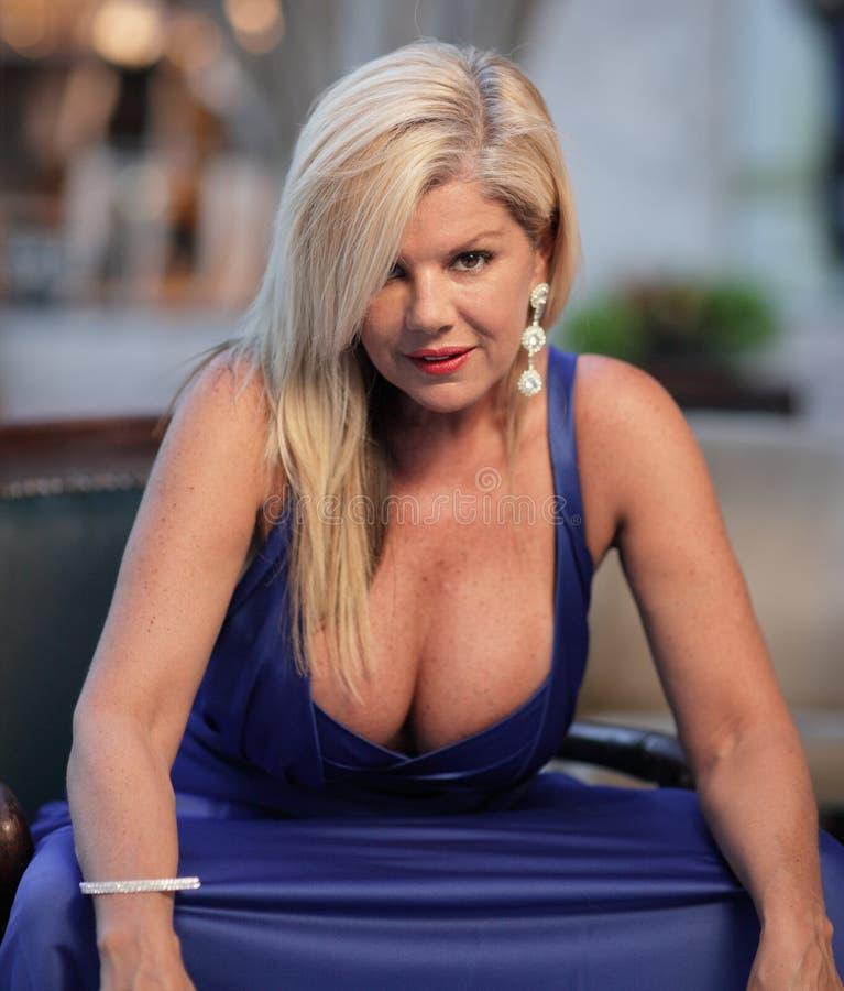 Vrouw met grote borsten stock fotografie