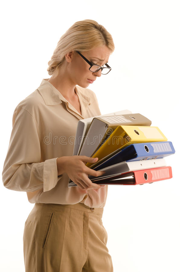 Vrouw met grote stapel van bindmiddelen stock foto's