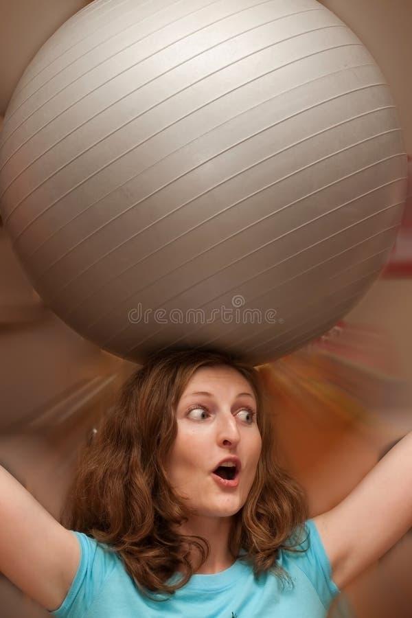 Vrouw met gymnastiek- bal stock foto's