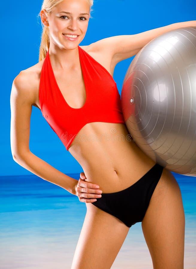 Vrouw met gymnastiekbal stock afbeelding