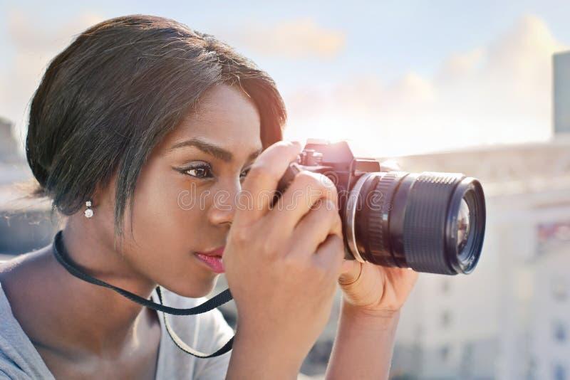 Vrouw met haar camera royalty-vrije stock fotografie