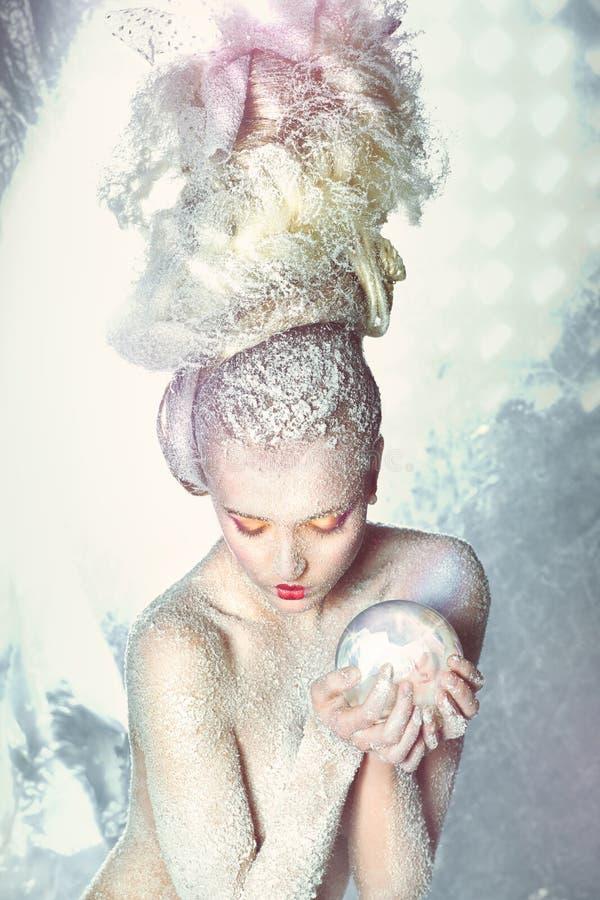 Vrouw met haar in de sneeuw. royalty-vrije stock afbeeldingen