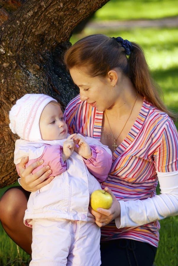 Vrouw met haar dochter royalty-vrije stock afbeeldingen