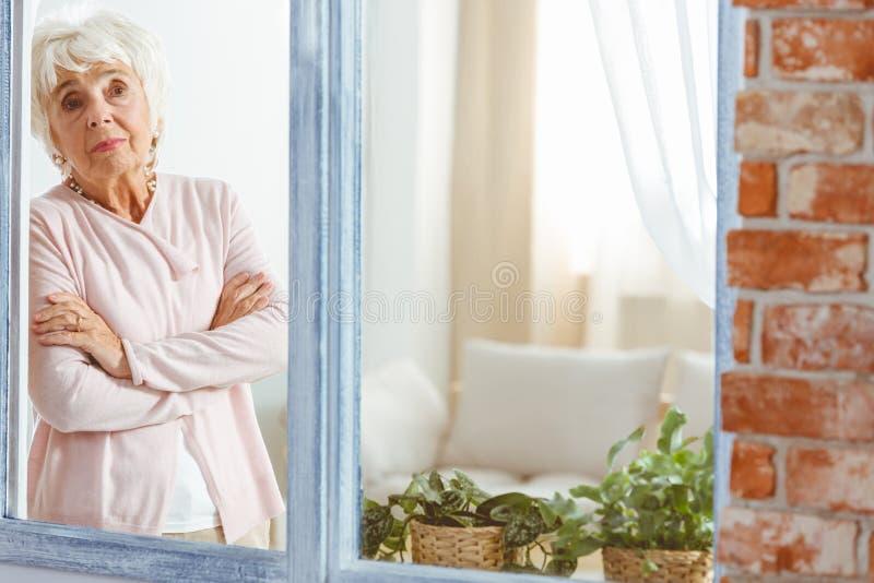 Vrouw met haar gekruiste wapens stock foto's