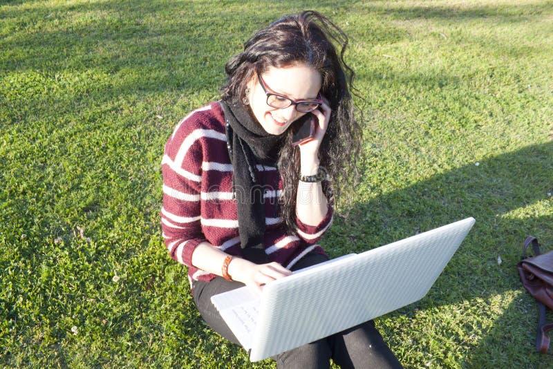 Vrouw met haar laptop en smartphone royalty-vrije stock foto
