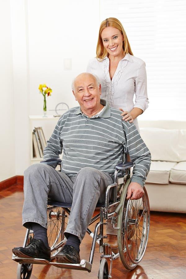 Vrouw met haar oude vader royalty-vrije stock afbeeldingen