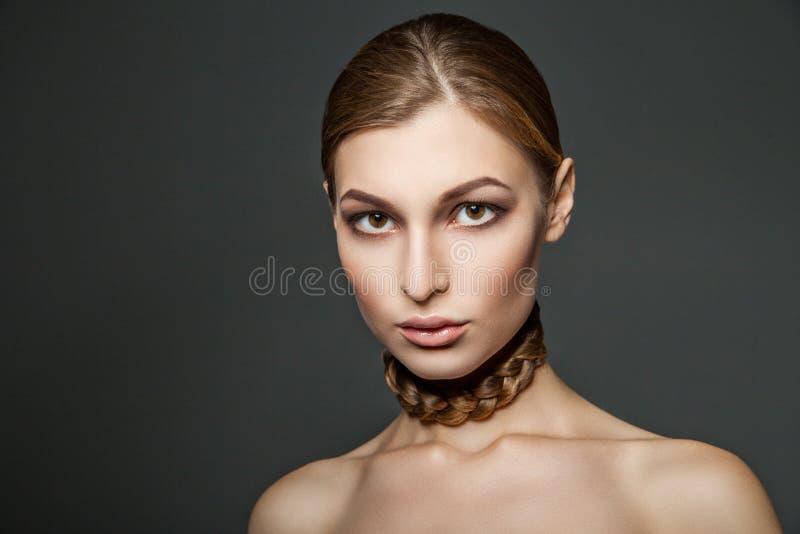 Vrouw met haar rond hals royalty-vrije stock afbeeldingen