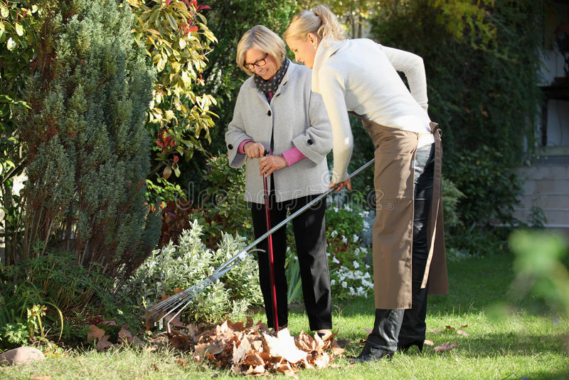 Vrouw met haar tuinman stock afbeelding
