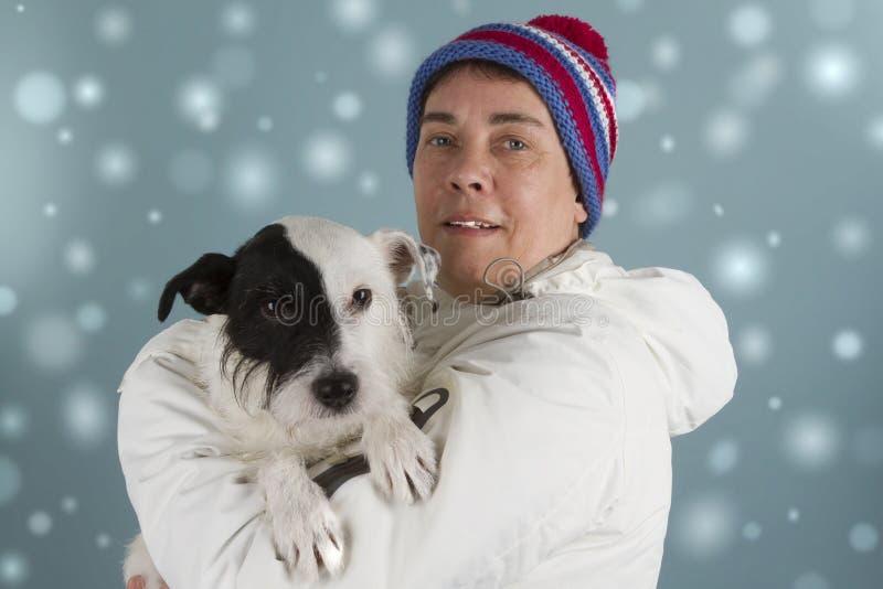 Vrouw met haar weinig hond stock afbeelding