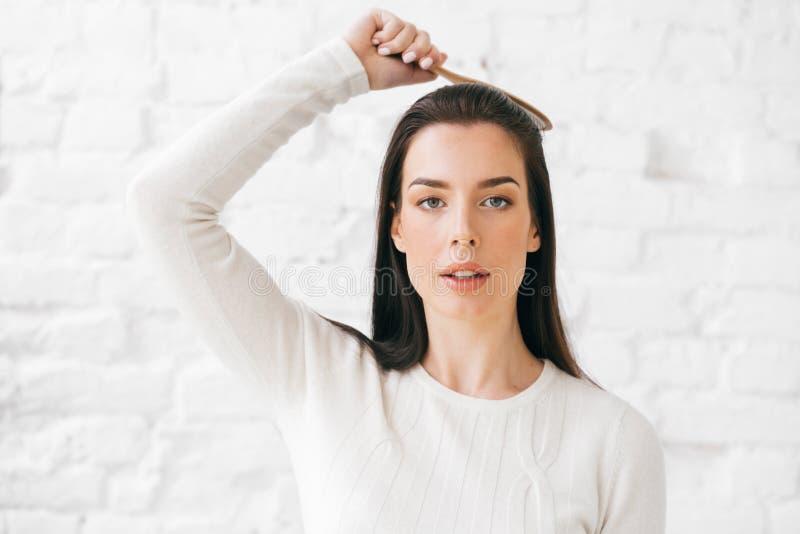 Vrouw met haarborstel het borstelen haar natuurlijk portret stock foto's