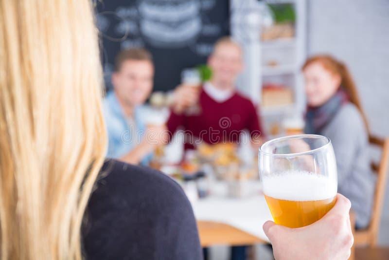 Vrouw met in hand bier stock afbeelding