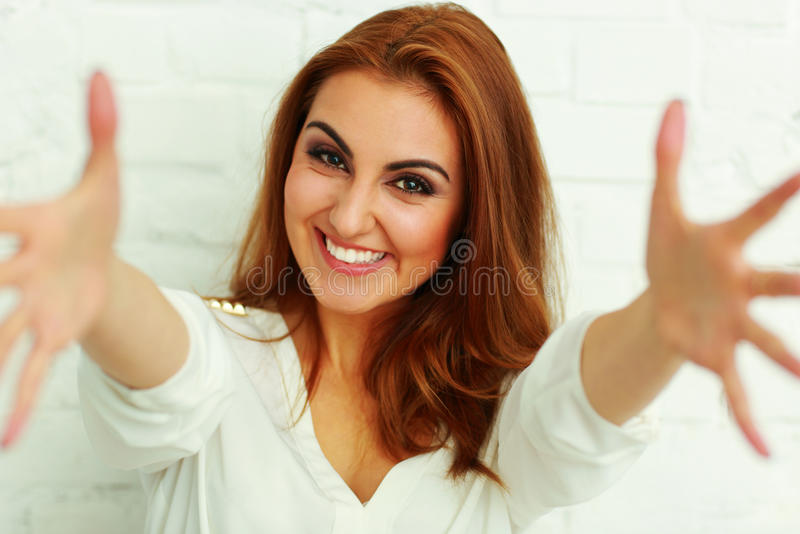 Vrouw met handen het open proberen om de camera te bereiken royalty-vrije stock afbeeldingen