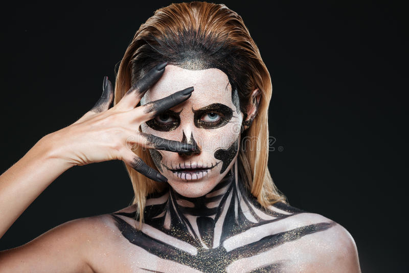 Vrouw met het angst aanjagen Halloween make-up stock foto