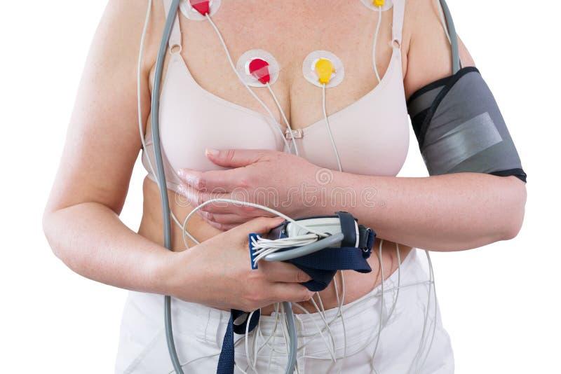 Vrouw met het apparaat van de holtermonitor voor dagelijks toezicht op elektrocardiogram en bloeddruk stock foto's