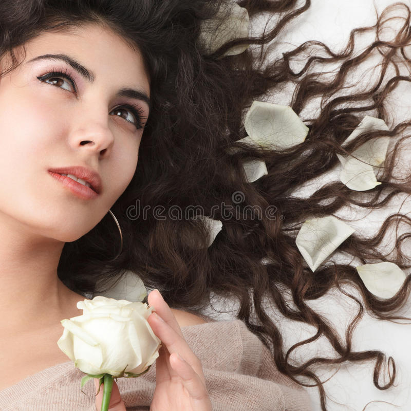 Vrouw met het lange haar liggen stock fotografie