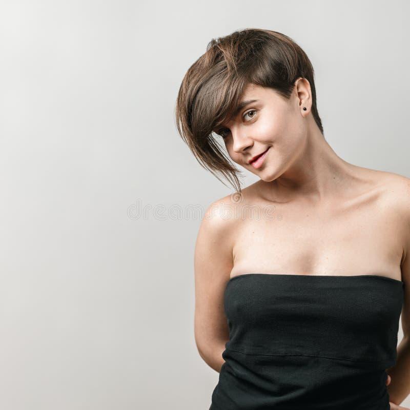 Vrouw met het mooie korte donkere haar glimlachen stock fotografie