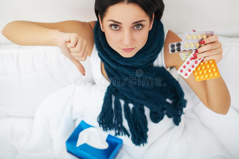 Vrouw met het niezen neus die weefsel op bed gebruiken die aan koude griep lijden royalty-vrije stock foto's
