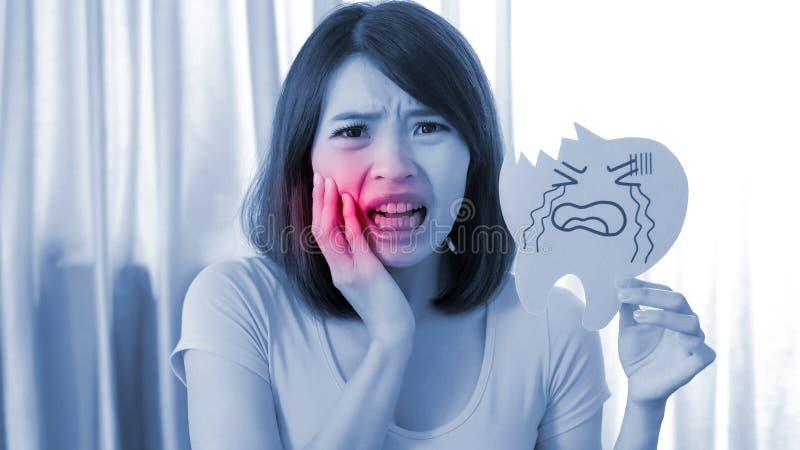 Vrouw met het probleem van het tandbederf stock foto