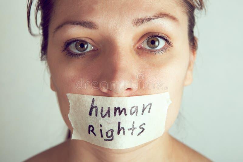 Vrouw met het verpakken van haar mond door plakband Internationale Rechten van de mensdag stock foto