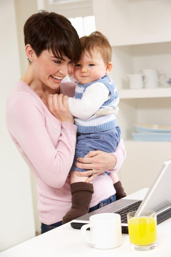 Vrouw met het Werken van de Baby van Huis royalty-vrije stock afbeeldingen