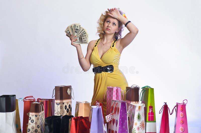 Vrouw met het winkelen en geld royalty-vrije stock foto's