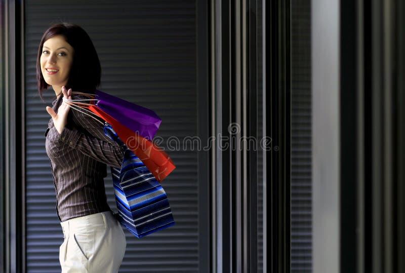 Vrouw met het winkelen zakken royalty-vrije stock afbeelding