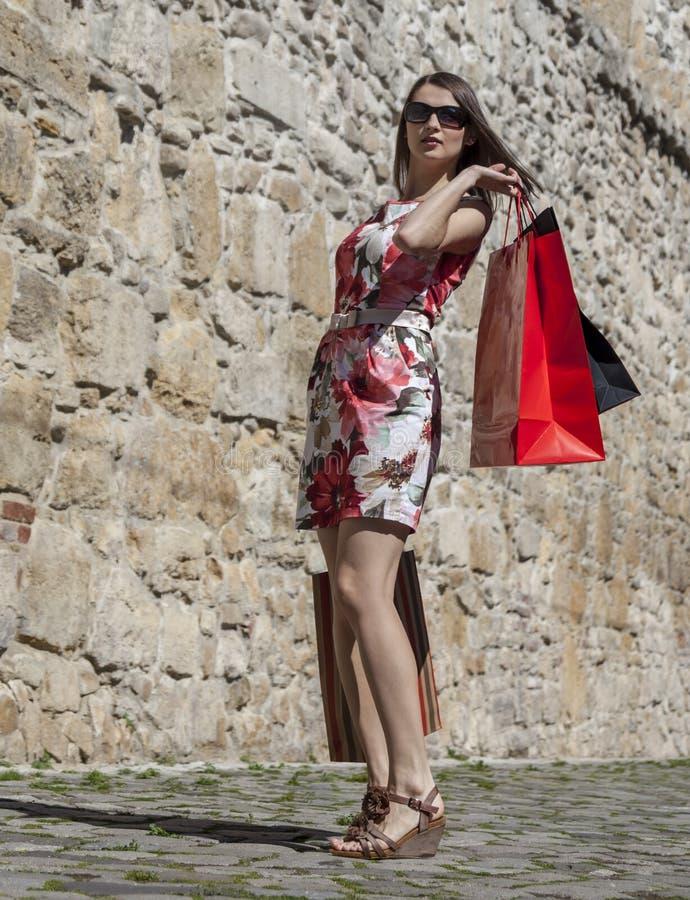 Vrouw met het Winkelen Zakken in een Stad stock fotografie