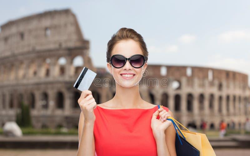 Vrouw met het winkelen zakken en creditcard in Rome royalty-vrije stock afbeelding