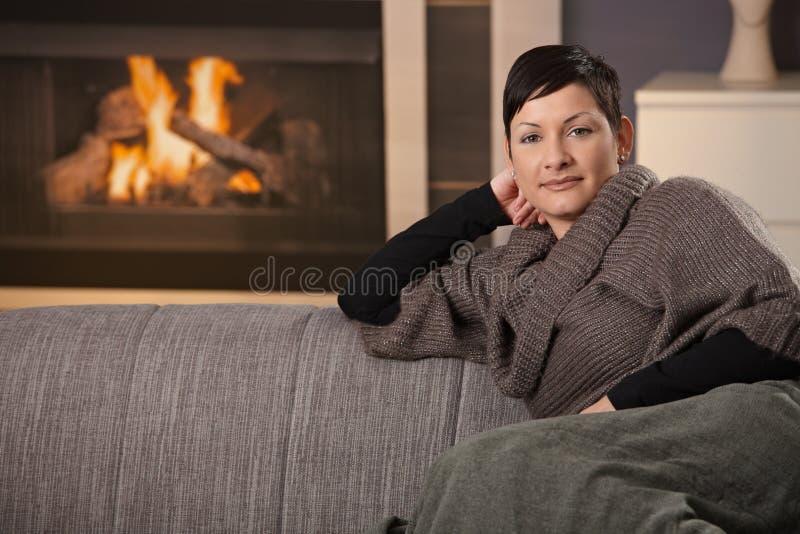 Vrouw met hete drank royalty-vrije stock foto's