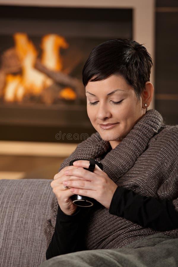 Vrouw met hete drank stock fotografie