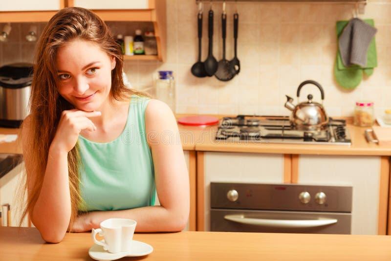 Vrouw met hete koffiedrank cafeïne stock fotografie