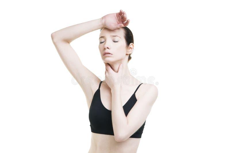 Vrouw met hoofdpijn en met pijn in de keel stock foto