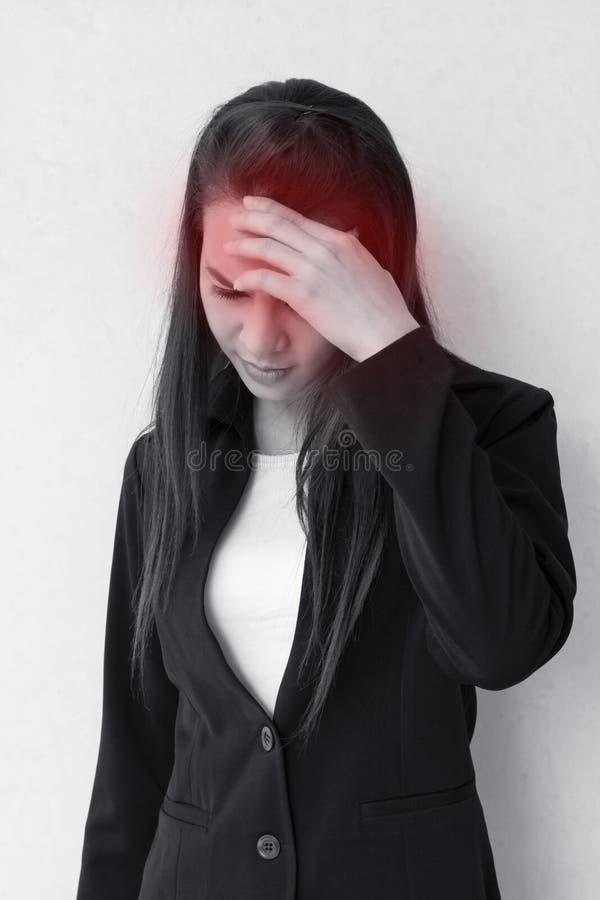 Vrouw met hoofdpijn, migraine, spanning, slapeloosheid, kater stock foto