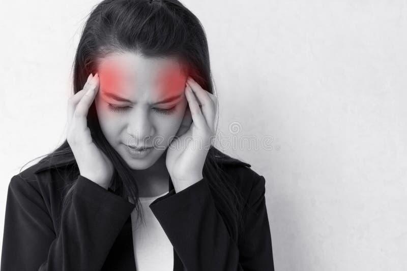 Vrouw met hoofdpijn, migraine, spanning, slapeloosheid, kater royalty-vrije stock foto's