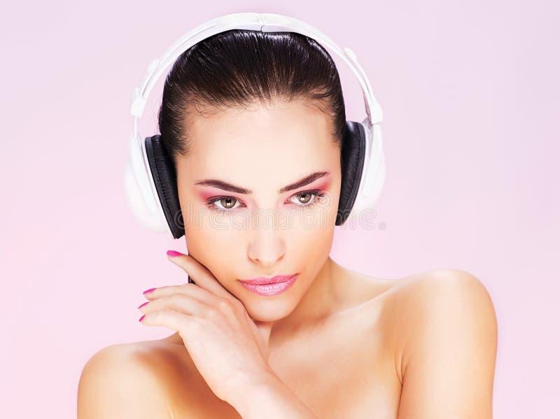 Vrouw met hoofdtelefoons stock foto