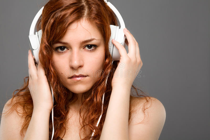 Vrouw met hoofdtelefoons stock fotografie