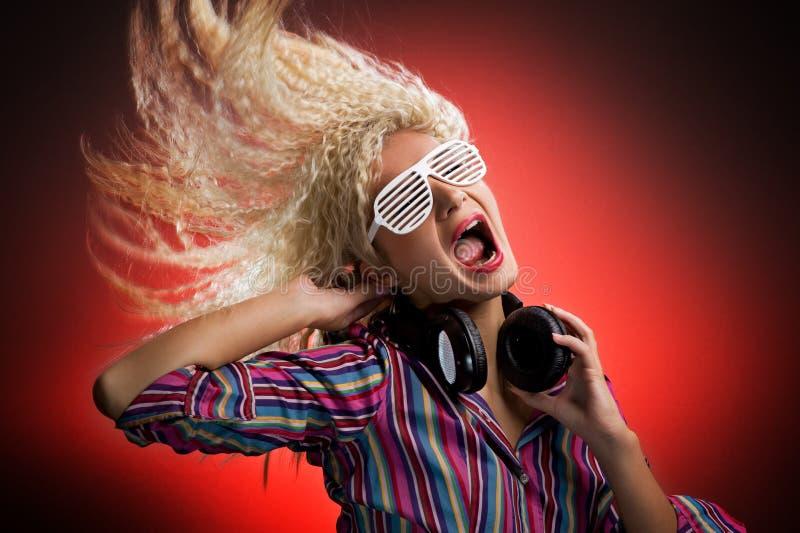 Vrouw met hoofdtelefoons royalty-vrije stock afbeeldingen