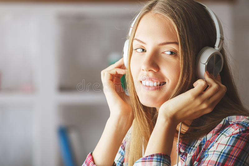 Vrouw met hoofdtelefoons stock afbeelding
