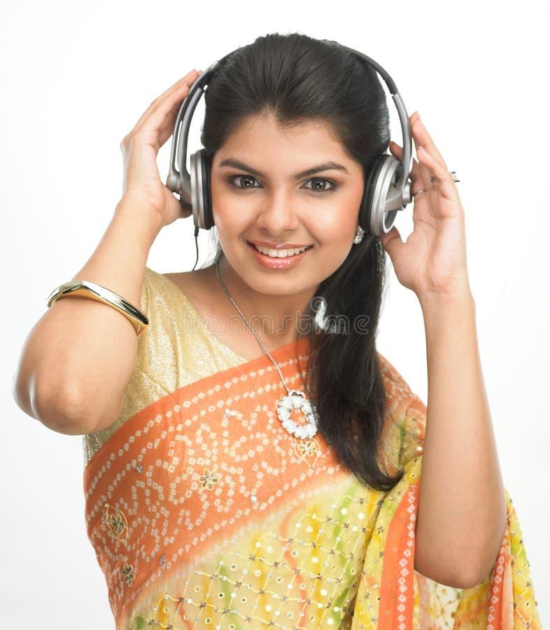 Vrouw met hoofdtelefoons het luisteren muziek royalty-vrije stock afbeelding