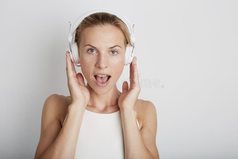Vrouw met hoofdtelefoons het luisteren muziek stock foto's