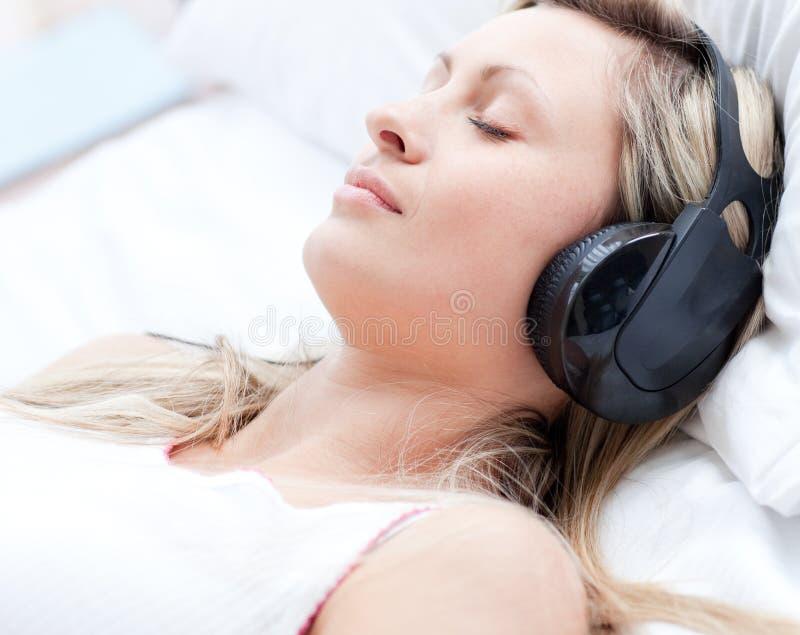 Vrouw met hoofdtelefoons op slaap royalty-vrije stock fotografie
