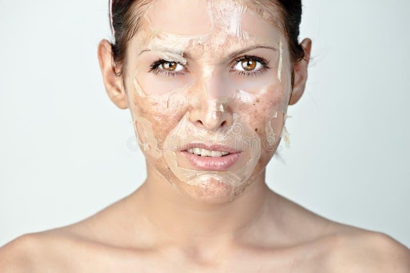 Vrouw met huidschil stock afbeelding