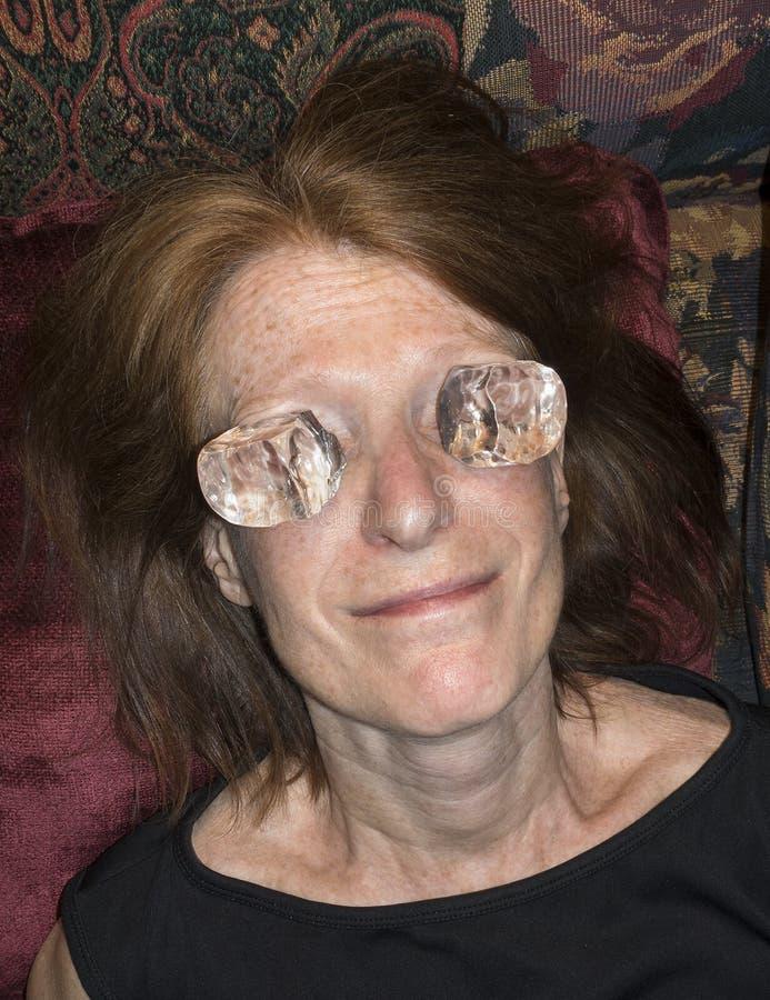 Vrouw met ijs op ogen royalty-vrije stock afbeeldingen