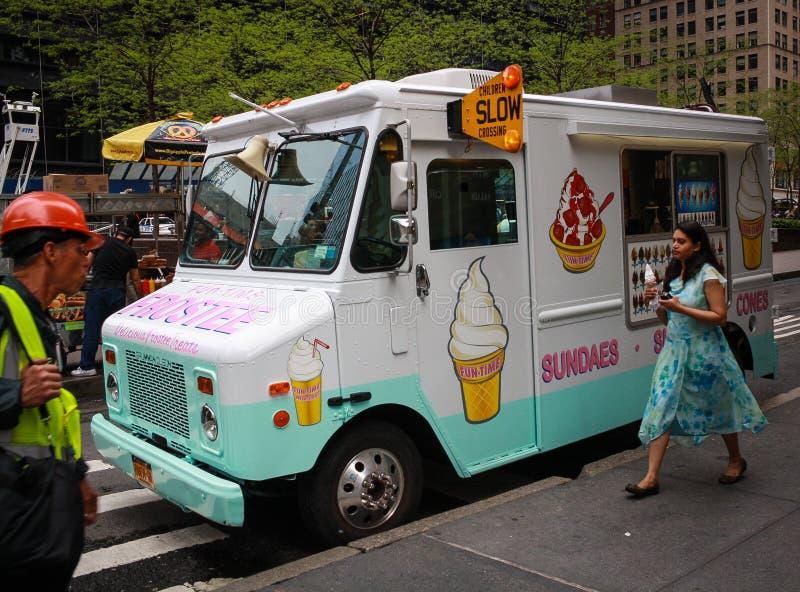 Vrouw met Ijscoupe Manhattan stock afbeeldingen