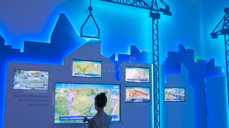Vrouw met interactief touchscreen-beeldscherm stock foto's