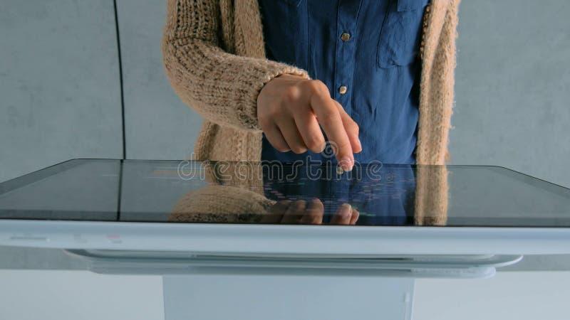 Vrouw met interactief touchscreen-display op stadstentoonstelling royalty-vrije stock afbeeldingen