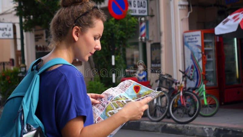Vrouw met Interactieve Stadskaart Animatiekaart stock videobeelden